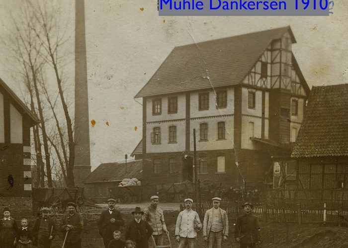 1910 mit Familie und Arbeitern