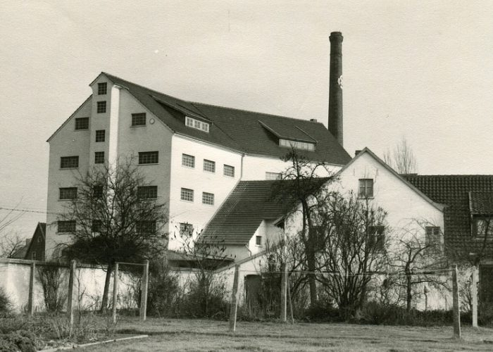 1952 Fertigstellung Erweiterungsbau mit Wohnhaus aus Garten Stahlhut