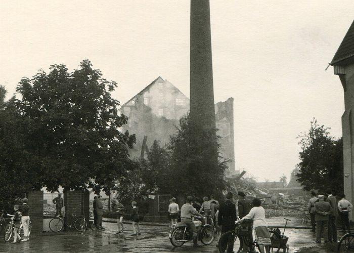 1960 nach Brand Bürger vor der Ruine