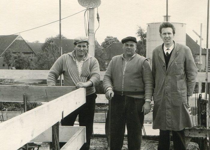 1961 Manfred Stahlhut mit Arbeitern am Neubau
