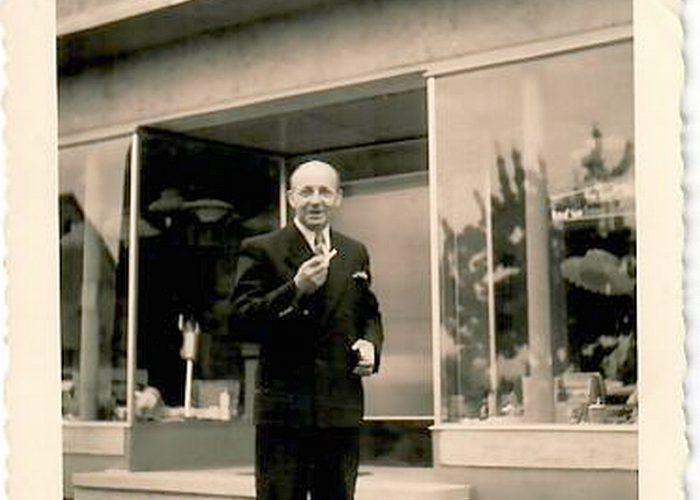 Karl Rust vor Ladeneingang