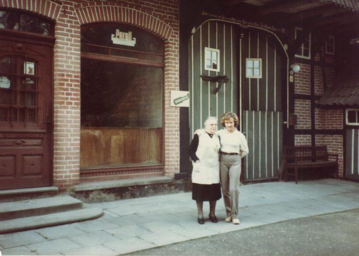 Mai 1983 OttenSophie mit Uta Huck