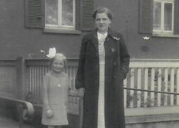 Helga Rust mit ihrer Mutter 1938