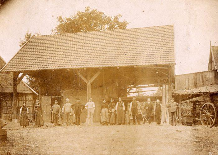 Sägewerk 1888 mit Familie und Arbeitern